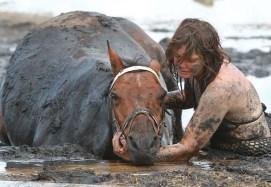 caballo-mujer-lodo4