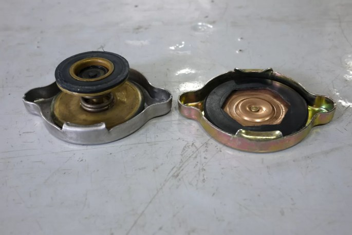Regular vs no spring radiator cap