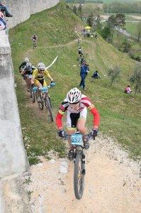 Massimo Zara impegnato alla Tiliment lungo le mura a Spilimbergo..