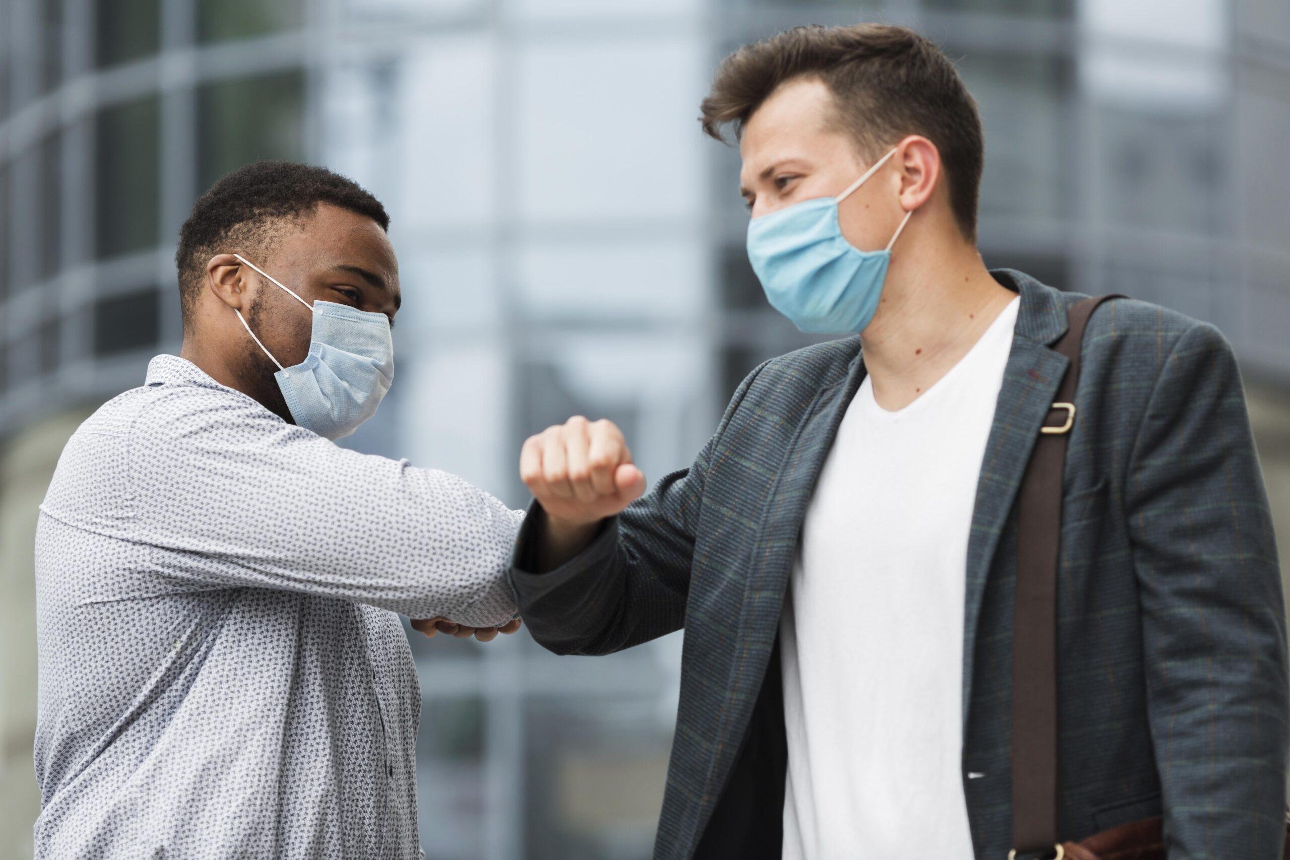 En este momento estás viendo Saludar con el codo, limpiar la compra, desinfectar las suelas,… ¿Aún sigue siendo efectivo contra el coronavirus?
