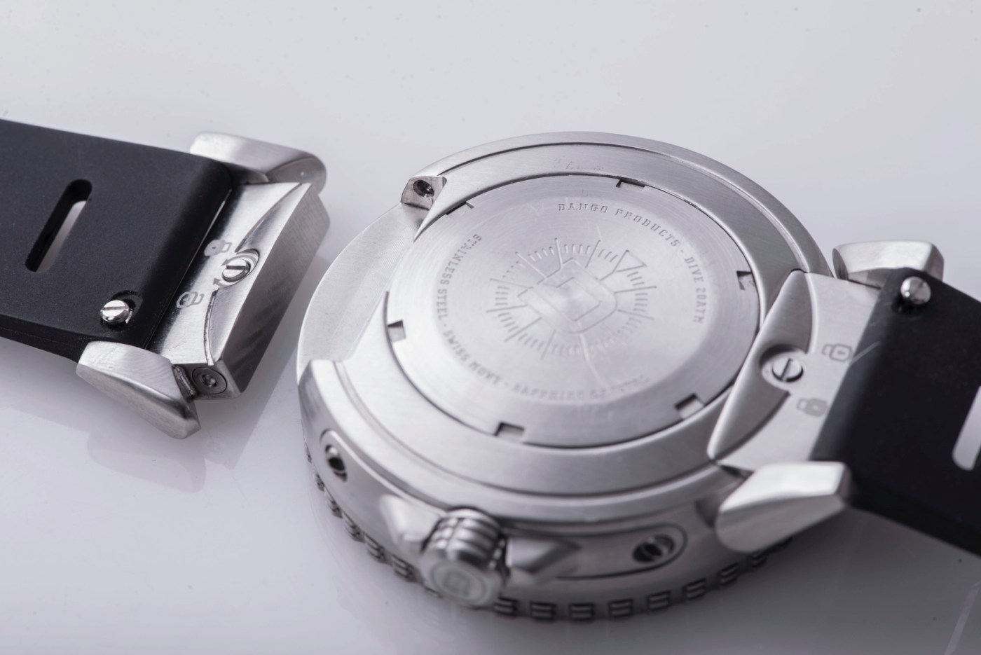 Caseback with modular lugs that can be easily changed