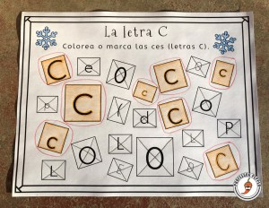 Example Winter Spanish Preschool Activities Page:  Discern between la Letra C and similar letters