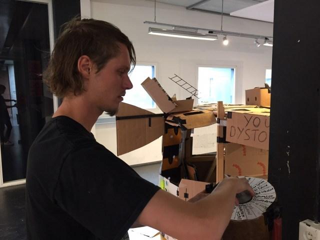 Brian Groenhorst bezig met kunstwerk Dystopia