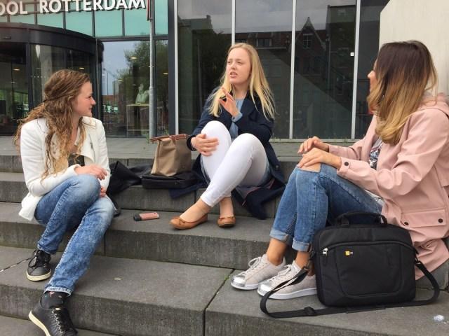 De drie studenten buiten op de trap