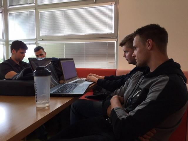 Foto van studenten achter hun laptops