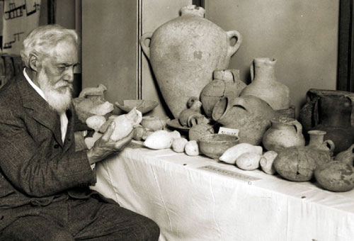Flinders Petrie with pottery