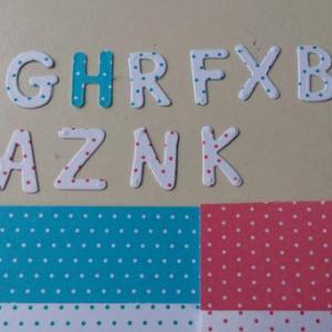 Letras maiusculas em cartolina bicolor 2x1cm (rosa ou azul)