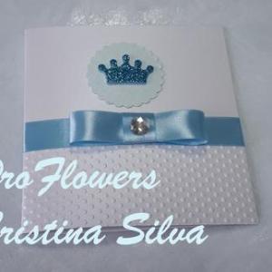 Convite quadrado em azul ou rosa com coroa