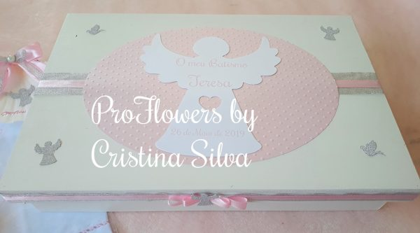 Caixa de madeira personalizada com toalha, concha e vela 1