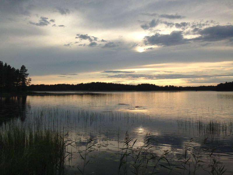 atardecer en un lago de Laponia sueca