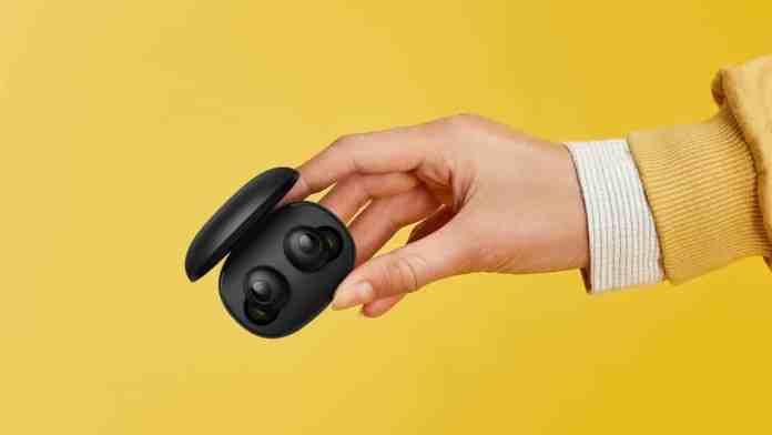 Realme Buds Q мають зручний кофр і легко вміщуються у руці