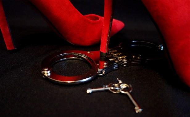 handcuffs-2086352_960_720