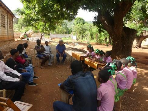 La riunione si è svolta all'ombra di un grande mango.