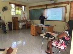 Bleus il missionario locale spiega il triangolo pedagogico