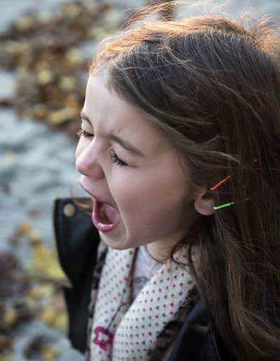 niña estresada y gritando