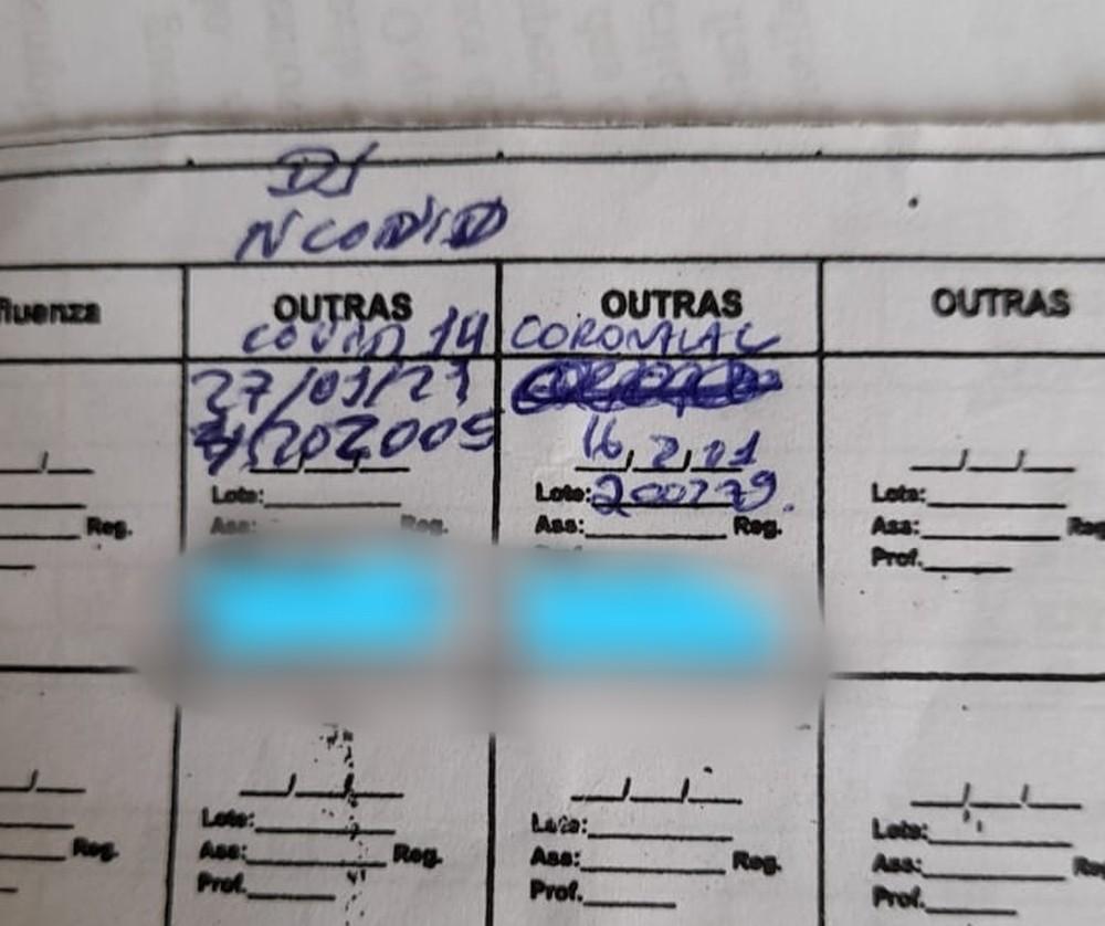 Cartão de vacinação da profissional de saúde mostra data das aplicações. Primeiro registro não informa que dose era a de Oxford. — Foto: Cedida