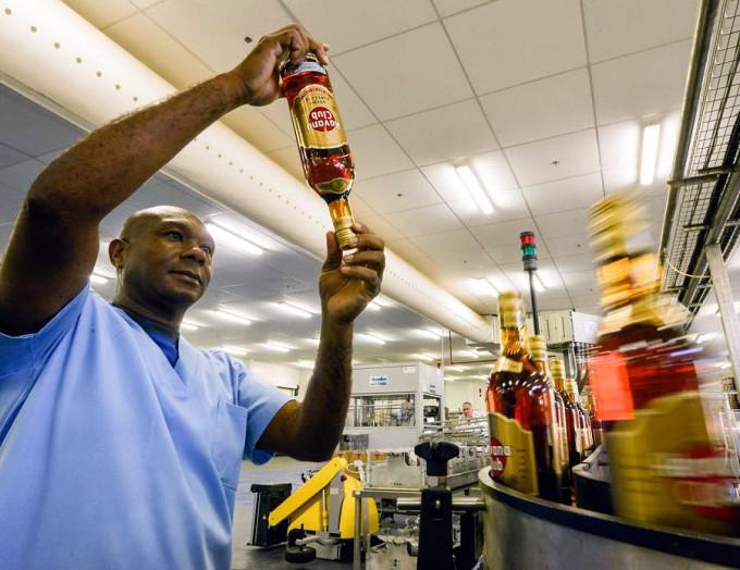 San José de las Lajas, Cuba. Situado a una treintena de kilómetros al sur de La Habana, la planta de Havana Club tiene aquí 200 trabajadores y produce alrededor de 12 000 botellas de ron por hora. Foto: Adalbert Roque / AFP.