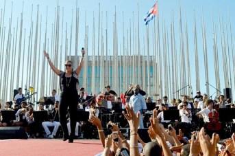 ¡Alcen la mano todos los cubanos! dijo Olga Tañon durante el concierto. Foto: Alba León Infante.