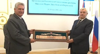 Mayor Poltavchenko presented Díaz-Canel with a panel showing the Smolny buildings.