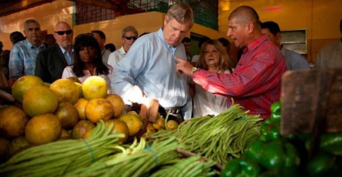 Vilsack at the Cuban farmer's market.