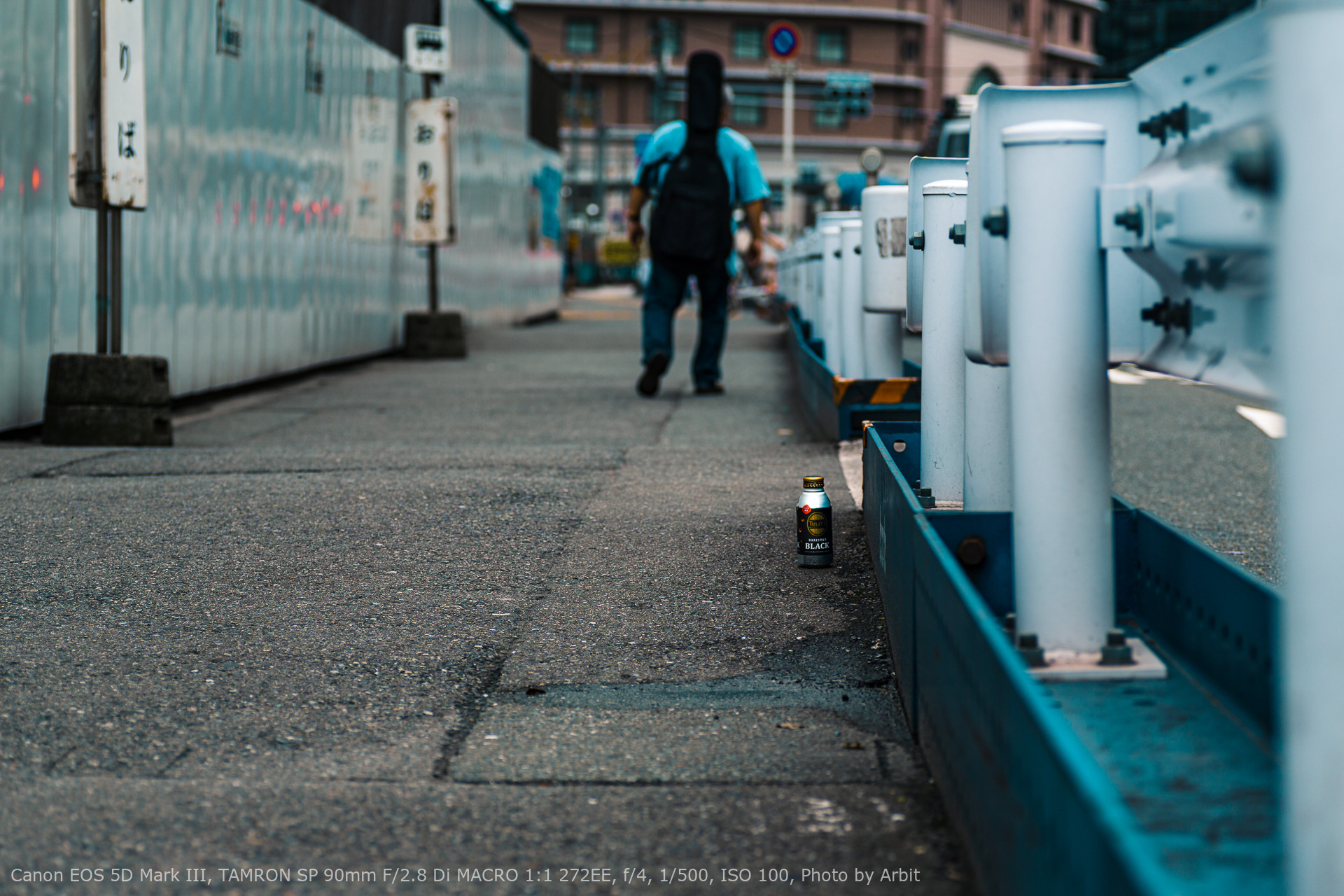 路上に捨ててあるコーヒー缶