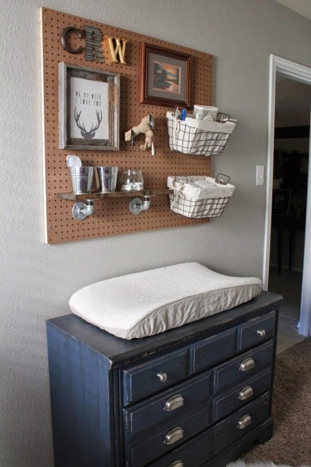 panneau perforé pour organiser une chambre de bébé