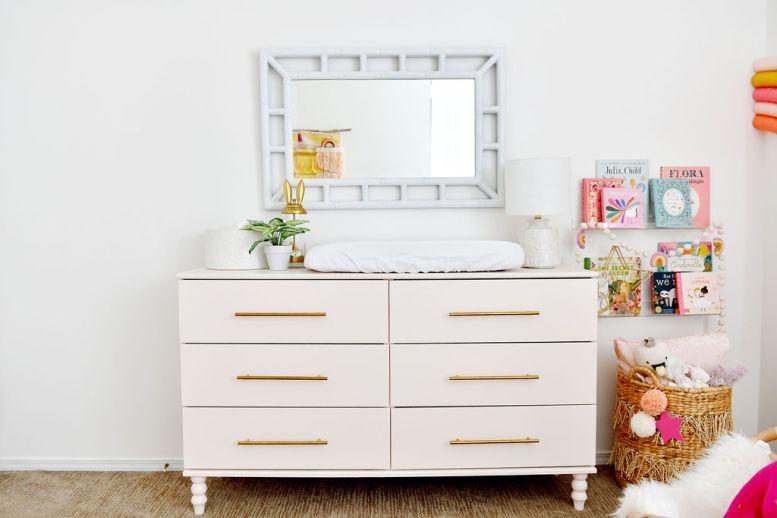 Roze IKEA Hack Dresser met boekenplanken van acryl