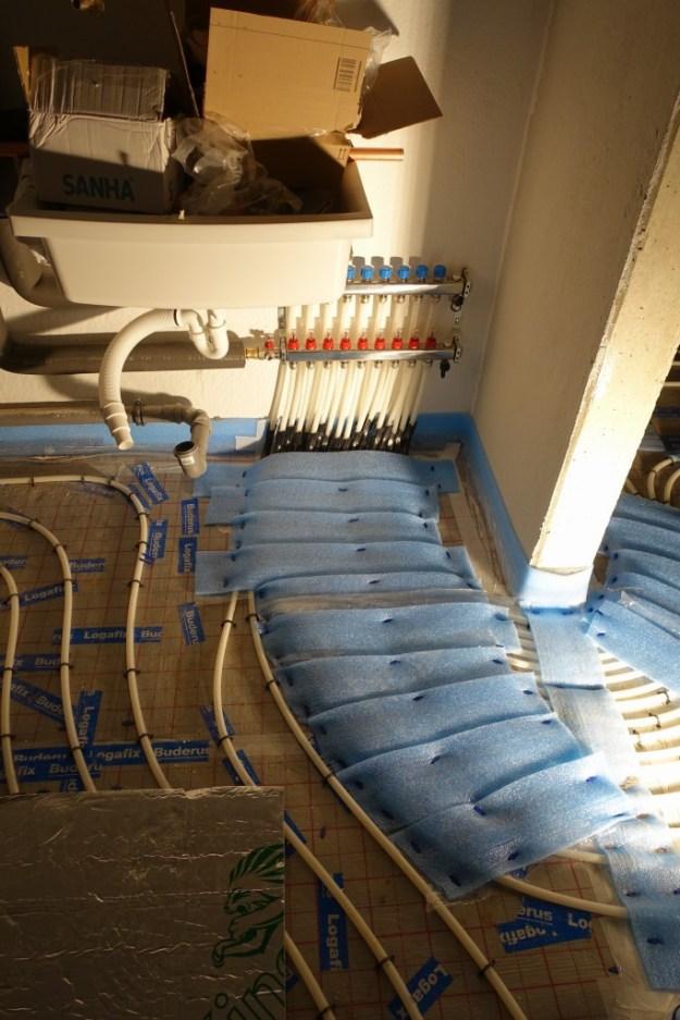 Vor- und Rücklaufleitungen zu den Räumen gedämmt