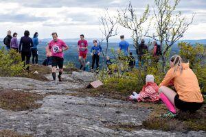 Löpare som springer i kraftigt lut på ett berg
