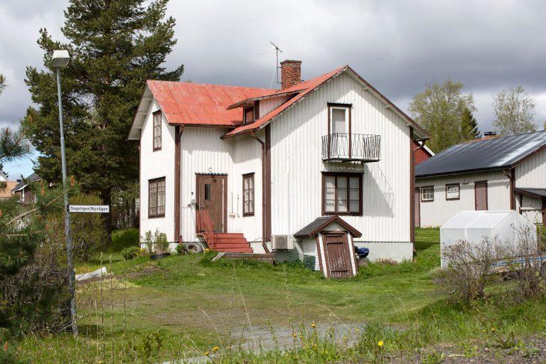 Ett vitt hus som har fått nya ägare.