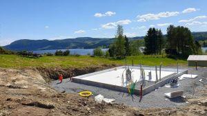 Byggandet av de första husen i Ekobyn Ladriket i Kaxås har nu startat. Inflyttning planeras till jul.