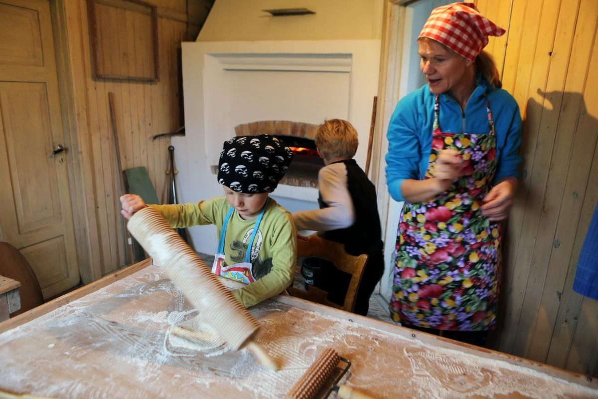 Alvin Norén Jarske provade på att baka tunnbröd under Projekt Kaxås visningshelg. Foto © LT | Håkan Luthman.