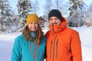 I februari 2021 flyttade familjen Amanda Olsson och Tommy Schwartz från Linköping till Kaxås. De hyr en lägenhet tills huset i Ekobyn Ladriket är färdigbyggt. Foto Projekt Kaxås.