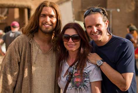 Producătorii Roma Downey și Mark Burnett, alături de personajul principal.