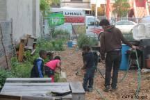 Arrosage du jardin avec les enfants