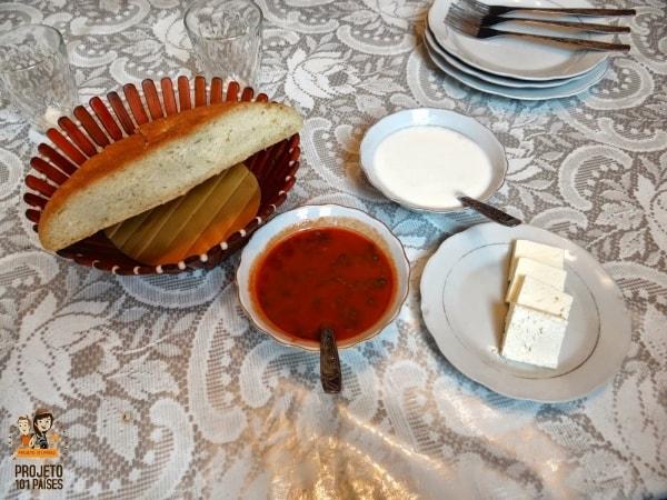 As entradas: pão, molho de tomate, molho azedo e queijo