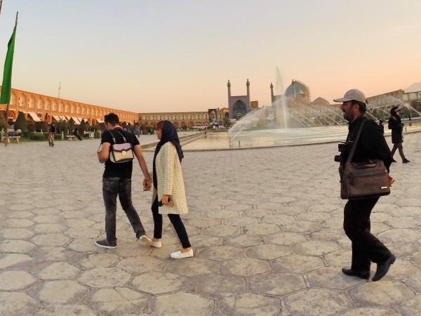 Casal iraniano passeando na praça