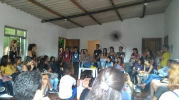 Reunião de alunos, professores e comunidade