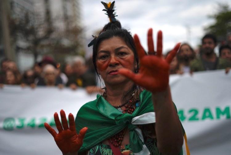 Indígena protesta no Rio de Janeiro contra a perseguição na Amazônia. Foto Mauro Pimentel/AFP