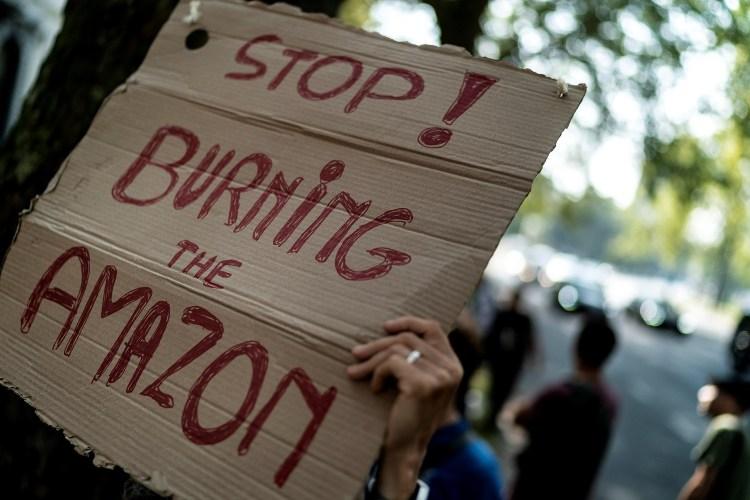 Protestantes no mundo todo fazem apelos em favor do fim das chamas na Amazônia. Foto Kenzo Tribouillard/AFP