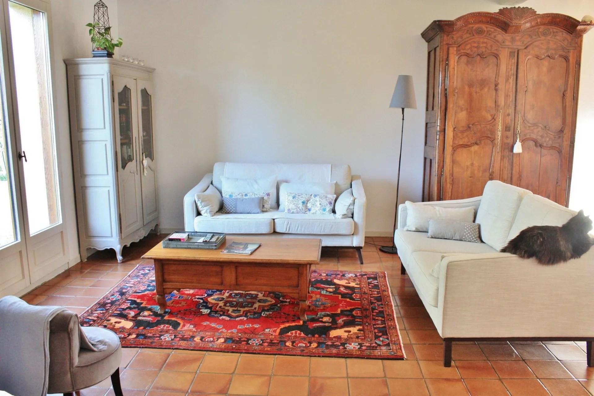 table basse et deux tapis