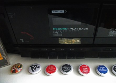 Boombox et badges Le Temps Machine
