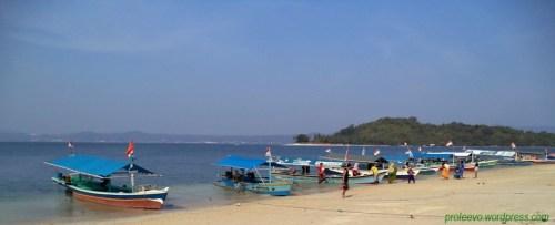 Perahu motor siap mengantar untuk menyeberang ke pulau Tangkil