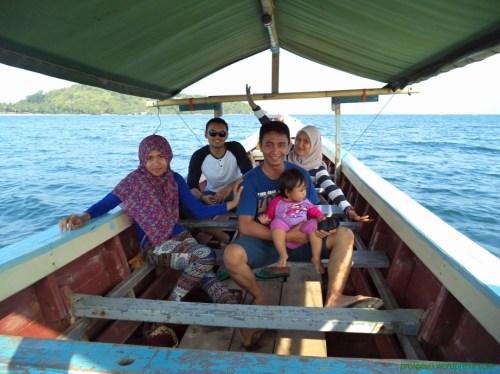 Perahu motor untuk menyeberang ke pulau Tangkil