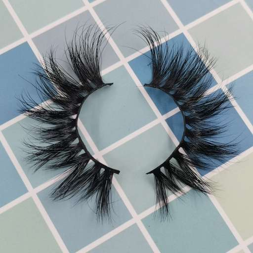 A pair of popular synthetic silk eyelashes