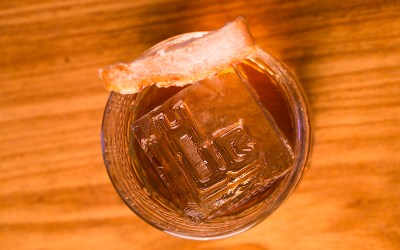 Drink Fat Old Fashioned com pancetta e whisky. Bebida ofertada para maiores de 18 anos no HUB Bar.