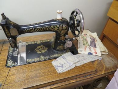 Singer sewing machine (Photo © 2016 by V. Nesdoly)