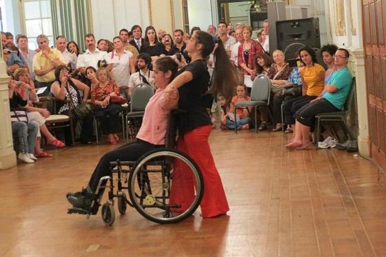 Danza con una muchacha en silla de ruedas y otra de pie