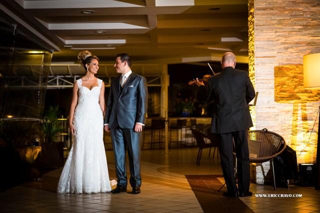 Um violinista tocou na entrada dos noivos e dos convidados!