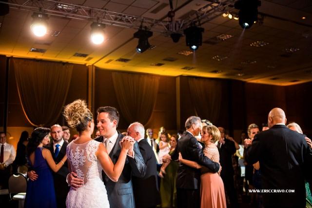 A dança dos noivos com o detalhe do vestido!